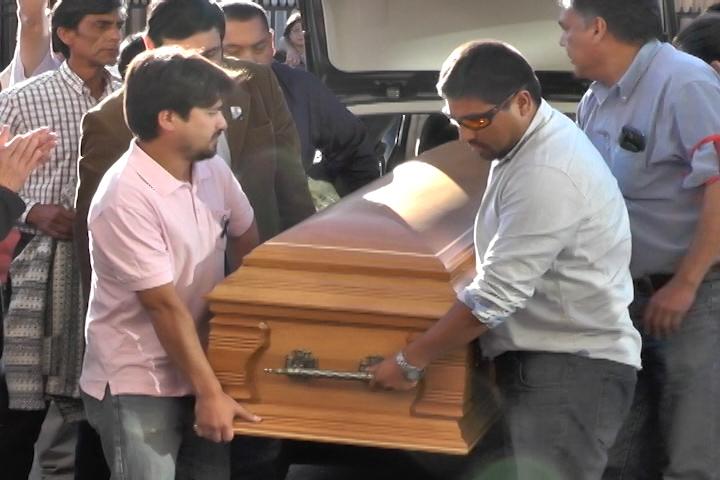 Emotiva llegada de restos de profesor cañetino fallecido en Lago Rupanco