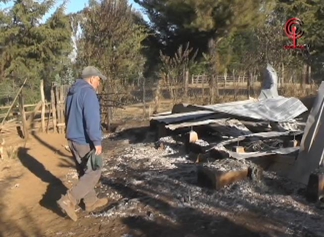 Encapuchados queman casa de dirigenta Mapuche en sector Choque de Tirúa. Matrimonio terminó lesionado