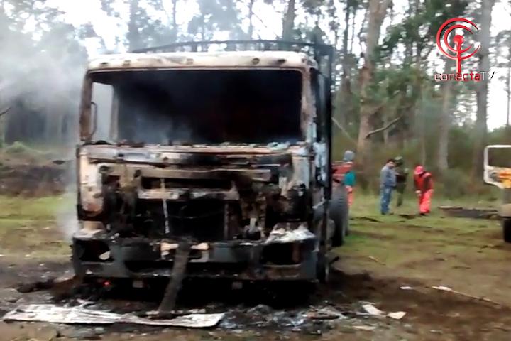 Encapuchados queman tres camiones de pequeños empresarios del transporte en Curaquidico de Tirúa