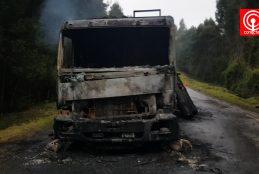 Encapuchados queman camión de pequeño empresario del transporte en Cañete.