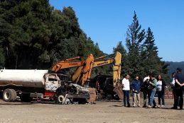 Ataque incendiario destruye 4 camiones, 3 excavadoras, container y bodega de empresa que iba a pavimentar camino a Pata de Gallina en Contulmo.