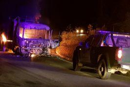 Encapuchados queman camión en ruta P60 que une Contulmo con Cañete