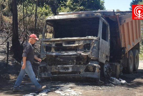 Sujetos ebrios quemaron un camión en un camino vecinal del sector Pangue en Los Álamos