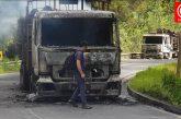Violento ataque incendiario deja tres camiones quemados en Contulmo